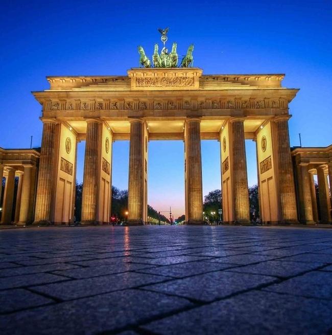 brandenburg gate lit up at night popular study abroad photo spot